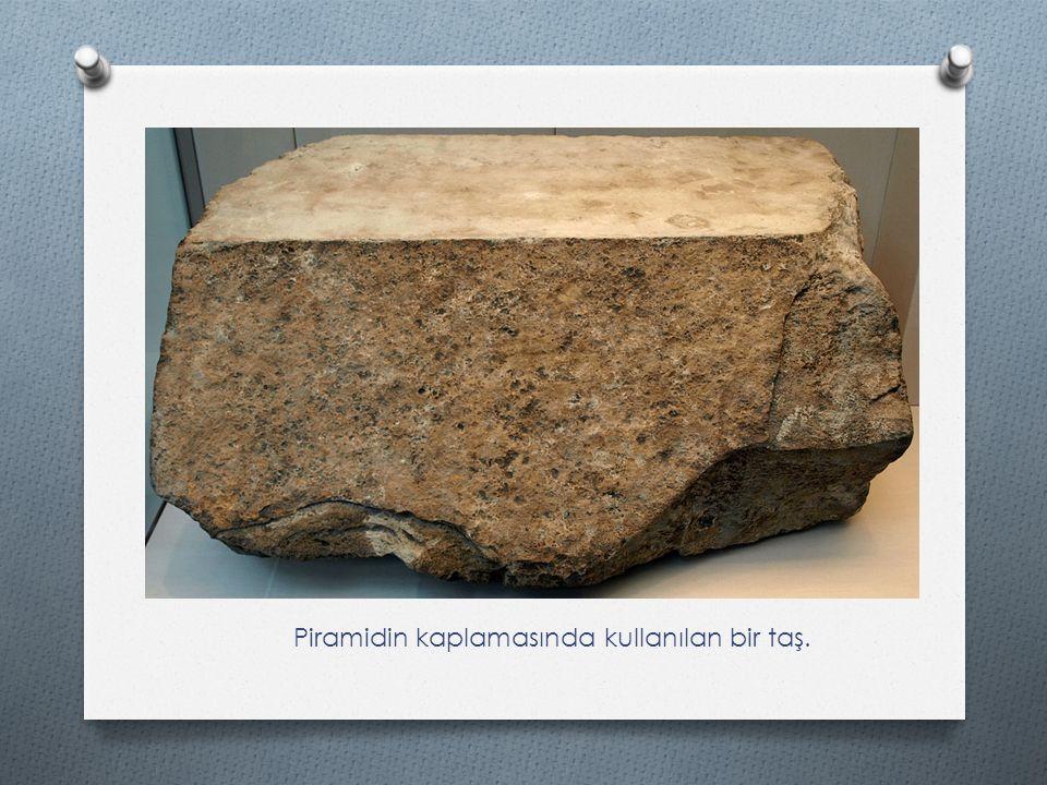 Piramidin kaplamasında kullanılan bir taş.