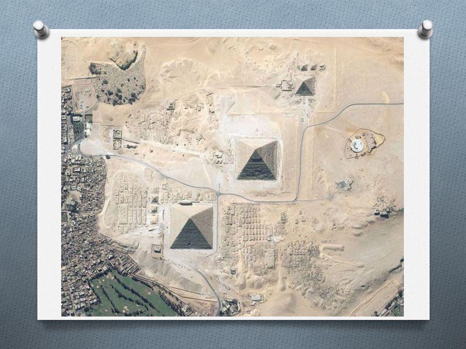 Petrie hassas çalışmalarından sonra piramidin iç kısmı ile kaplama kısmının farklı yönlendirmelere göre düzenlenmiş olduğunu saptadı.