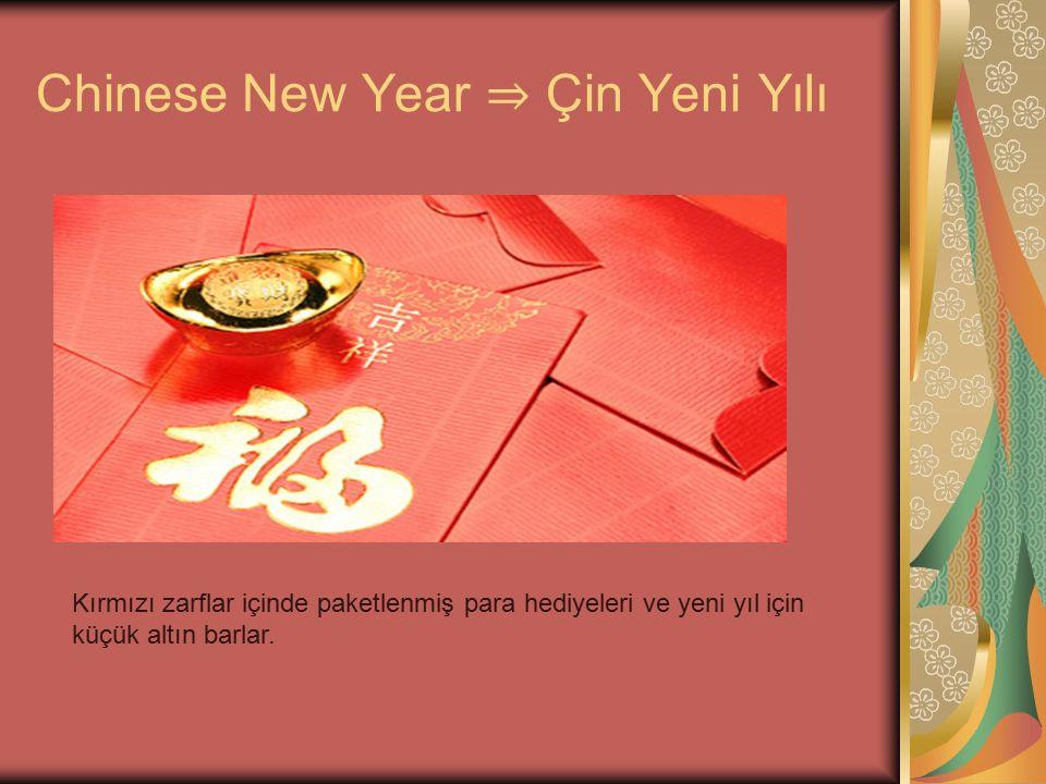Chinese New Year ⇒ Çin Yeni Yılı Kırmızı zarflar içinde paketlenmiş para hediyeleri ve yeni yıl için küçük altın barlar.