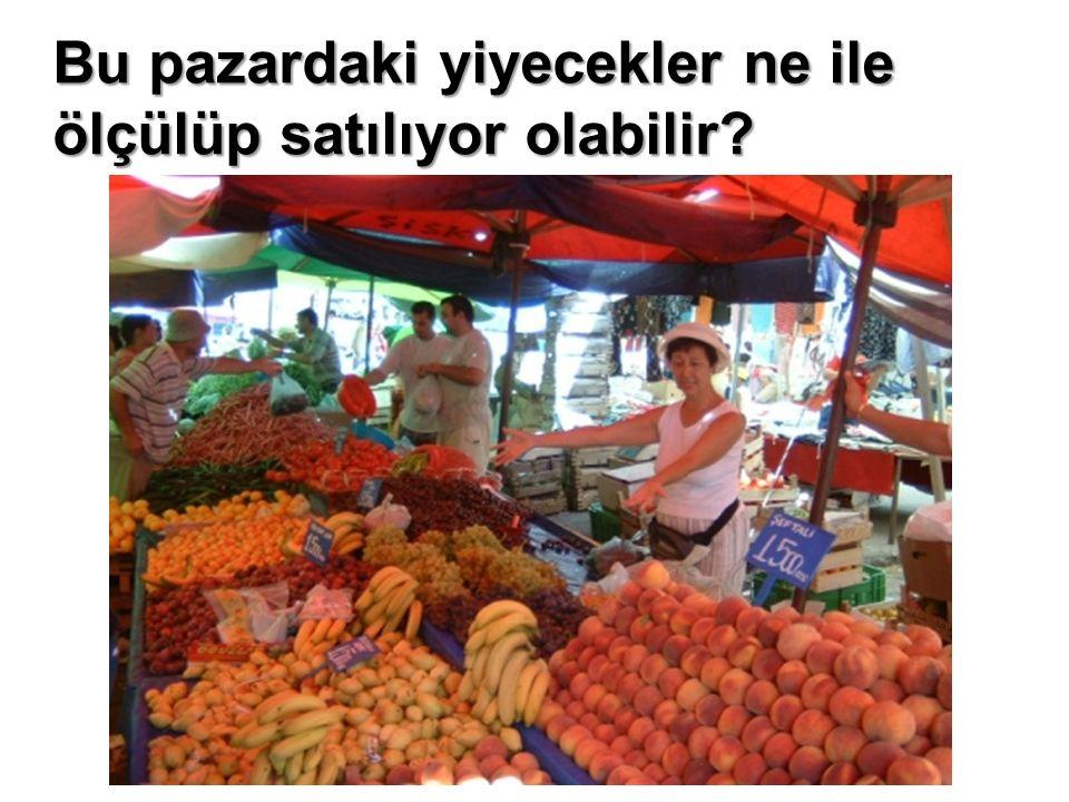 Bu pazardaki yiyecekler ne ile ölçülüp satılıyor olabilir?