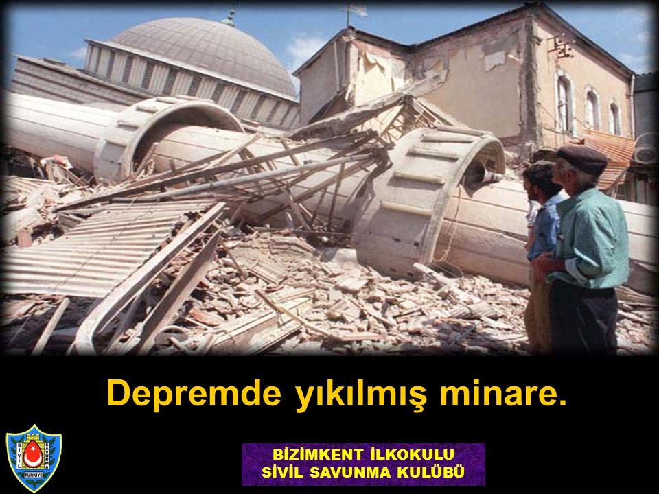Depremde yıkılmış minare. BİZİMKENT İLKOKULU SİVİL SAVUNMA KULÜBÜ