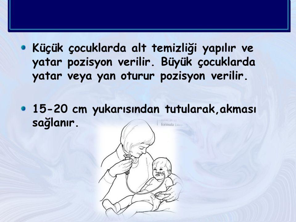 Küçük çocuklarda alt temizliği yapılır ve yatar pozisyon verilir.