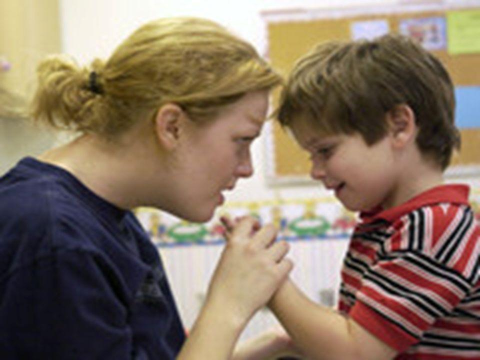  Dikkatin kolaylıkla dağılması; otizmli çocukların dikkatleri bir biçimde dağılıyor olsa da, dikkatlerini dağıtan unsur çocuktan çocuğa farklılık gösterir.