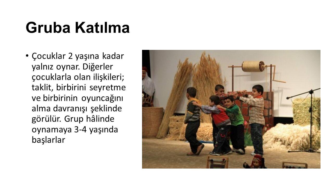 Gruba Katılma Çocuklar 2 yaşına kadar yalnız oynar. Diğerler çocuklarla olan ilişkileri; taklit, birbirini seyretme ve birbirinin oyuncağını alma davr