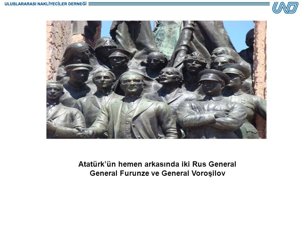 Atatürk'ün hemen arkasında iki Rus General General Furunze ve General Voroşilov