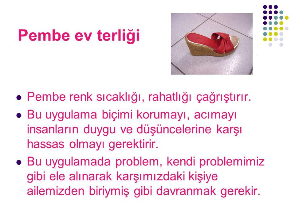 Pembe ev terliği Pembe renk sıcaklığı, rahatlığı çağrıştırır. Bu uygulama biçimi korumayı, acımayı insanların duygu ve düşüncelerine karşı hassas olma