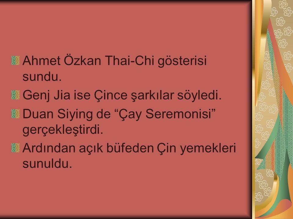 """Ahmet Özkan Thai-Chi gösterisi sundu. Genj Jia ise Çince şarkılar söyledi. Duan Siying de """"Çay Seremonisi"""" gerçekleştirdi. Ardından açık büfeden Çin y"""