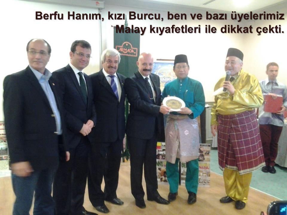 Berfu Hanım, kızı Burcu, ben ve bazı üyelerimiz Malay kıyafetleri ile dikkat çekti.