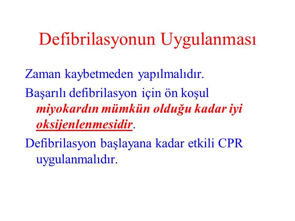 Defibrilasyonun Uygulanması Zaman kaybetmeden yapılmalıdır.