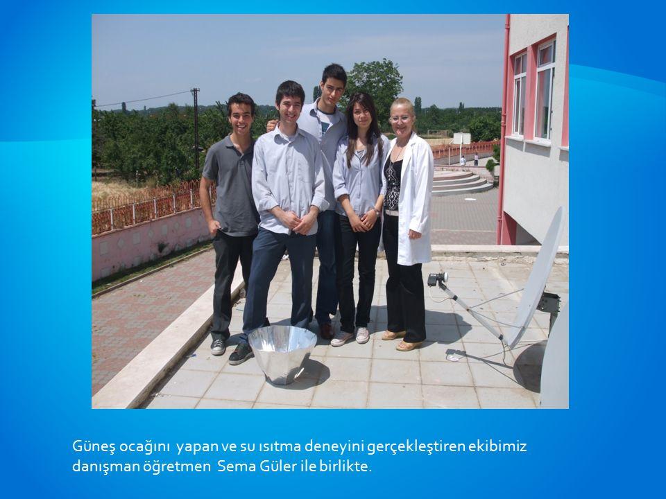 Güneş ocağını yapan ve su ısıtma deneyini gerçekleştiren ekibimiz danışman öğretmen Sema Güler ile birlikte.
