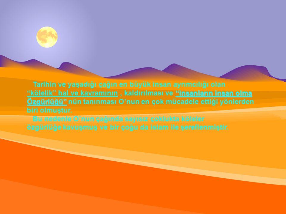 sohbet için ashabıyla oturduğu zaman, kendisine verilen üstün değere rağmen yer seçmemiş, boş ve uygun bulduğu bir yere oturmuş ve otururken de kimseye karşı ayaklarını uzatmamıştır.