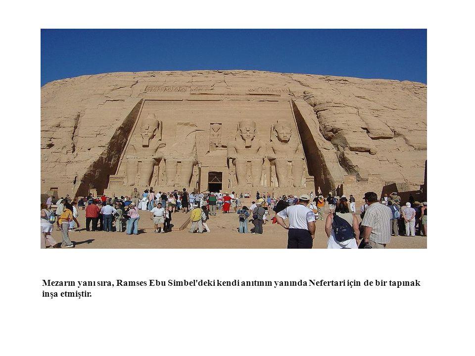 Mezarın yanı sıra, Ramses Ebu Simbel'deki kendi anıtının yanında Nefertari için de bir tapınak inşa etmiştir.