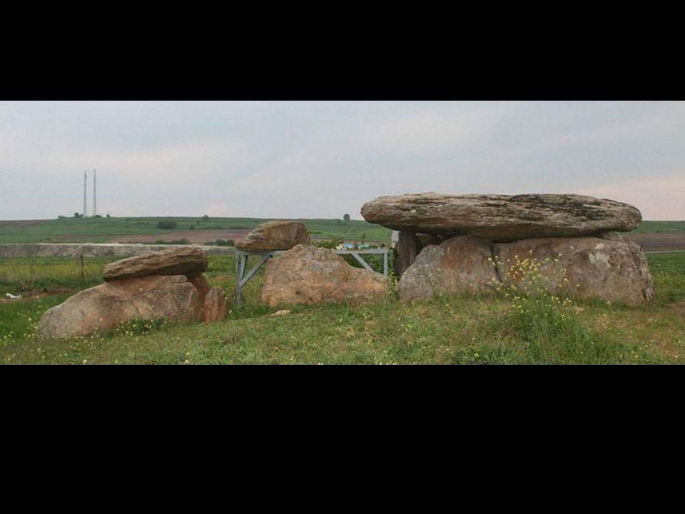 Edirne Lalapaşa ilçe merkezinin hemen yanında bulunan, birçoğu da köy yollarının kenarında dizili olan dolmenler 1960 yıllarında Ş.A.Kansu tarafından yeniden bulunmuştur.