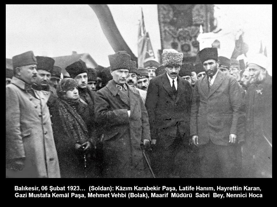 Balıkesir, 06 Şubat 1923… (Soldan): Kâzım Karabekir Paşa, Latife Hanım, Hayrettin Karan, Gazi Mustafa Kemâl Paşa, Mehmet Vehbi (Bolak), Maarif Müdürü Sabri Bey, Nennici Hoca