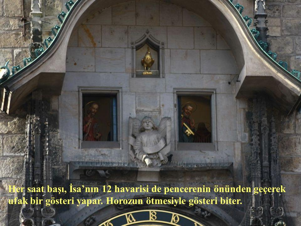 Her saat başı, İsa'nın 12 havarisi de pencerenin önünden geçerek ufak bir gösteri yapar.