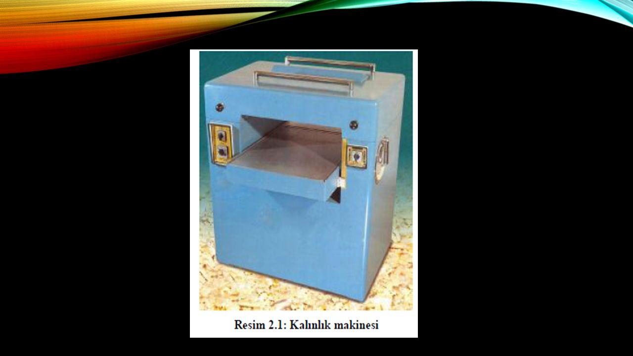 KALıNLıK MAKINESI ÇEŞITLERI  Kalınlık makineleri de planya makineleri gibi bıçak boyları ve tabla genişliklerine göre çeşitlendirilir ve isimlendirilirler.