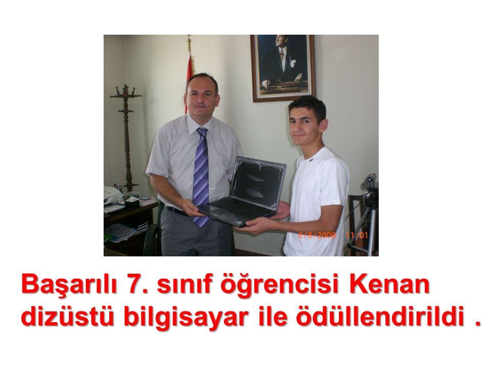 Başarılı 7. sınıf öğrencisi Kenan dizüstü bilgisayar ile ödüllendirildi.