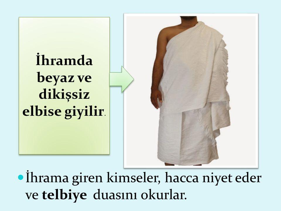 İhramda beyaz ve dikişsiz elbise giyilir. İhrama giren kimseler, hacca niyet eder ve telbiye duasını okurlar.