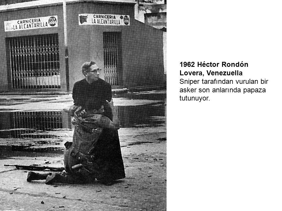 1962 Héctor Rondón Lovera, Venezuella Sniper tarafından vurulan bir asker son anlarında papaza tutunuyor.