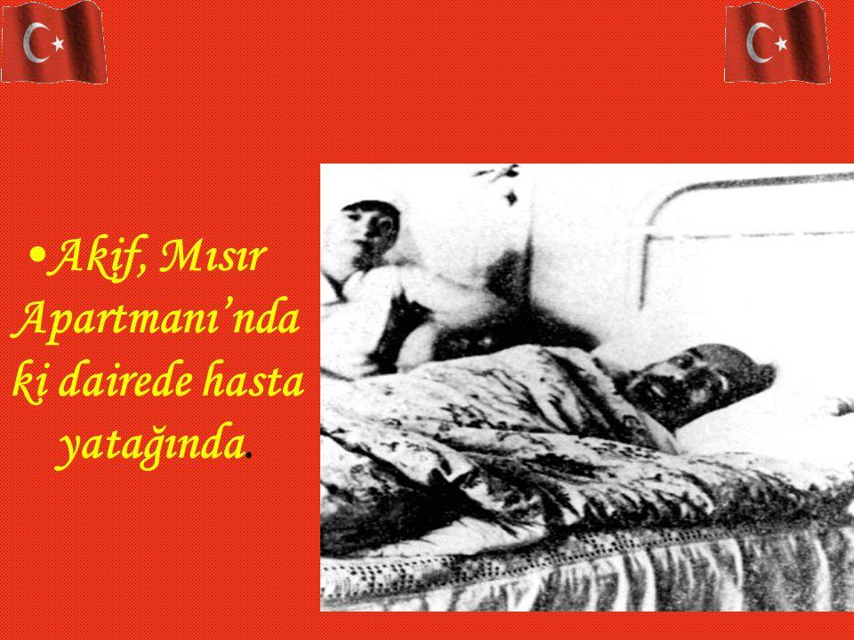 Akif, Mısır Apartmanı'nda ki dairede hasta yatağında.