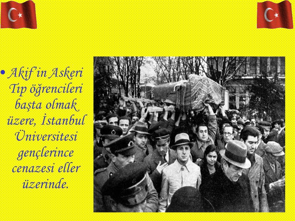Akif'in Askeri Tıp öğrencileri başta olmak üzere, İstanbul Üniversitesi gençlerince cenazesi eller üzerinde.
