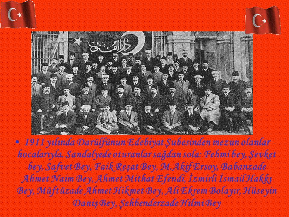 1911 yılında Darülfünun Edebiyat Şubesinden mezun olanlar hocalarıyla. Sandalyede oturanlar sağdan sola: Fehmi bey, Şevket bey, Safvet Bey, Faik Reşat