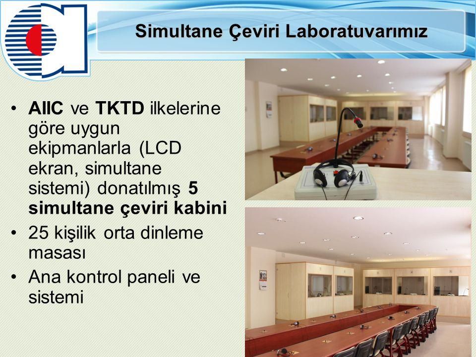 Simultane Çeviri Laboratuvarımız AIIC ve TKTD ilkelerine göre uygun ekipmanlarla (LCD ekran, simultane sistemi) donatılmış 5 simultane çeviri kabini 25 kişilik orta dinleme masası Ana kontrol paneli ve sistemi