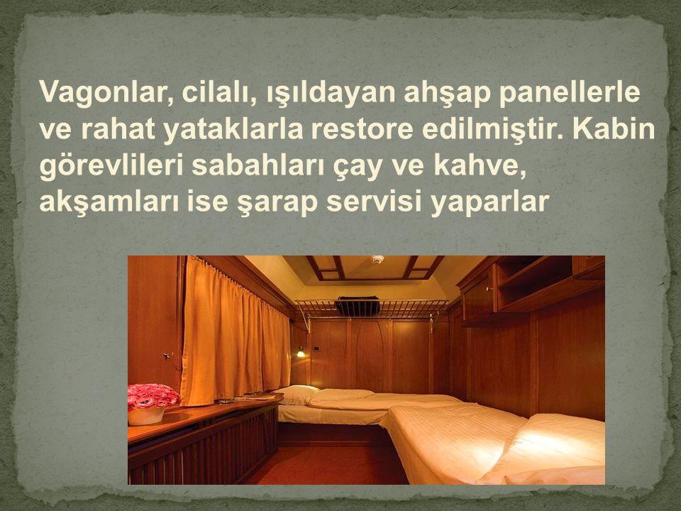 Vagonlar, cilalı, ışıldayan ahşap panellerle ve rahat yataklarla restore edilmiştir. Kabin görevlileri sabahları çay ve kahve, akşamları ise şarap ser