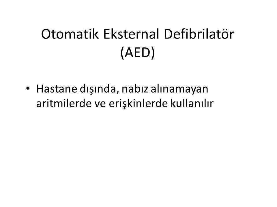 Otomatik Eksternal Defibrilatör (AED) Hastane dışında, nabız alınamayan aritmilerde ve erişkinlerde kullanılır
