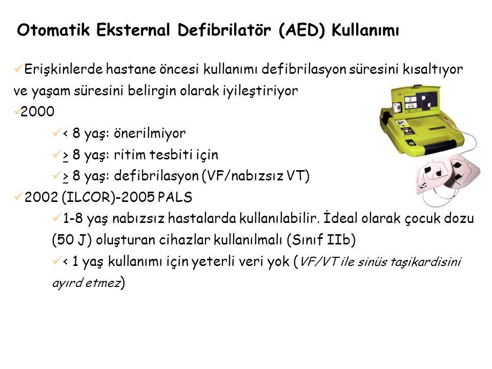 Otomatik Eksternal Defibrilatör (AED) Kullanımı Erişkinlerde hastane öncesi kullanımı defibrilasyon süresini kısaltıyor ve yaşam süresini belirgin ola