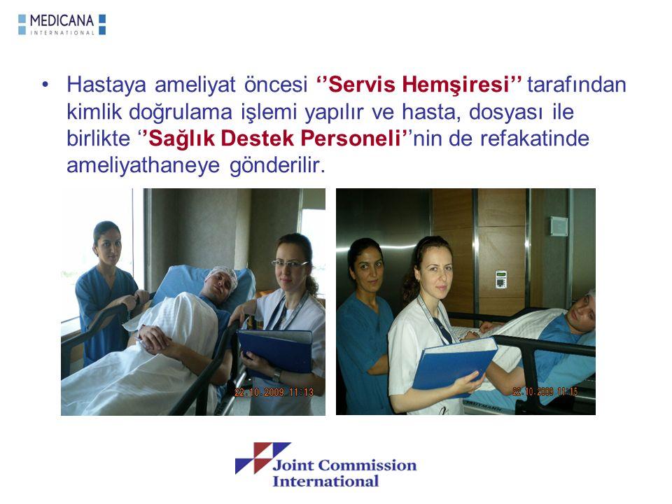 Hastaya ameliyat öncesi ''Servis Hemşiresi'' tarafından kimlik doğrulama işlemi yapılır ve hasta, dosyası ile birlikte ''Sağlık Destek Personeli''nin