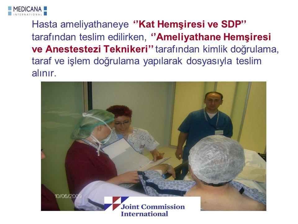 Hasta ameliyathaneye ''Kat Hemşiresi ve SDP'' tarafından teslim edilirken, ''Ameliyathane Hemşiresi ve Anestestezi Teknikeri'' tarafından kimlik doğru
