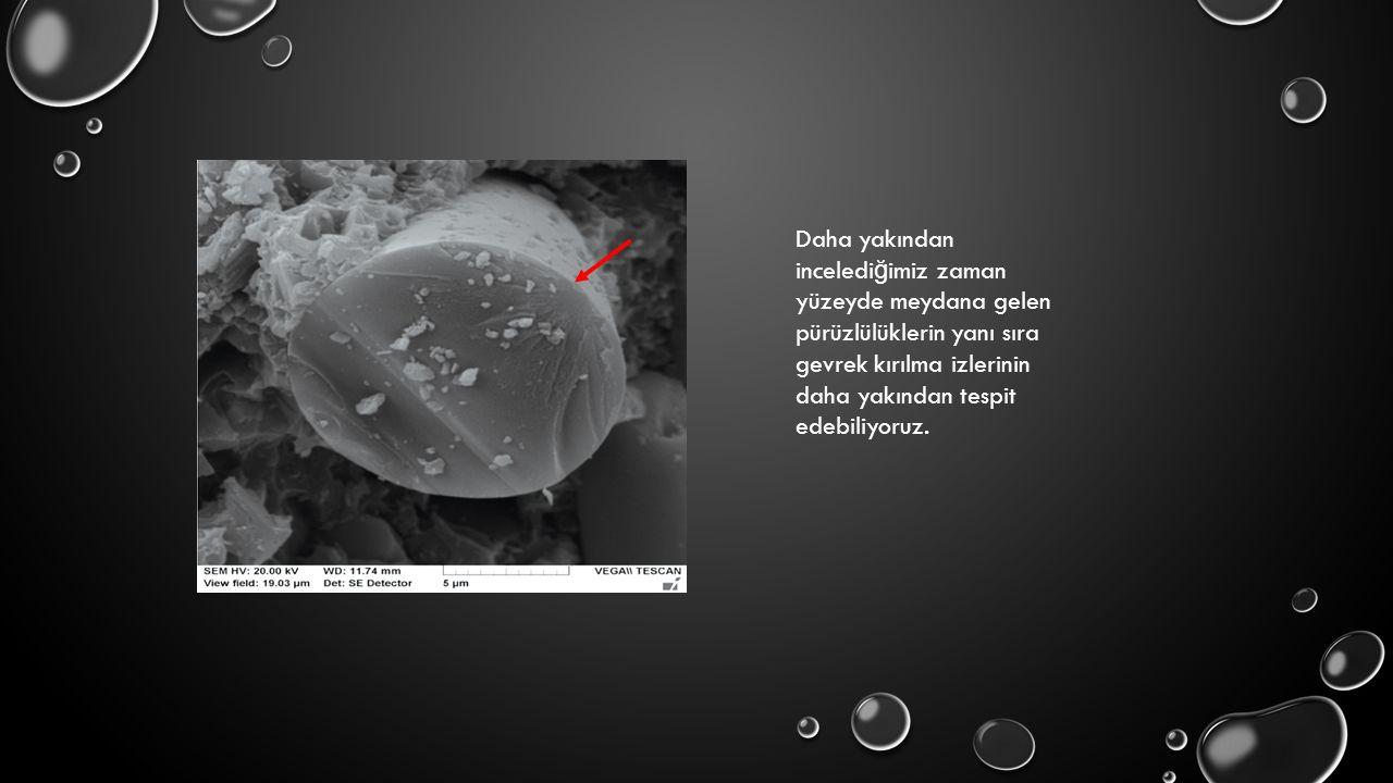 Daha yakından inceledi ğ imiz zaman yüzeyde meydana gelen pürüzlülüklerin yanı sıra gevrek kırılma izlerinin daha yakından tespit edebiliyoruz.