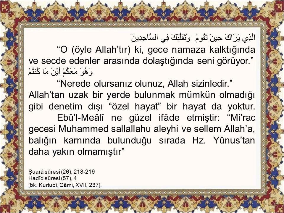 """الَّذِي يَرَاكَ حِينَ تَقُومُ وَتَقَلُّبَكَ فِي السَّاجِدِينَ """"O (öyle Allah'tır) ki, gece namaza kalktığında ve secde edenler arasında dolaştığında s"""