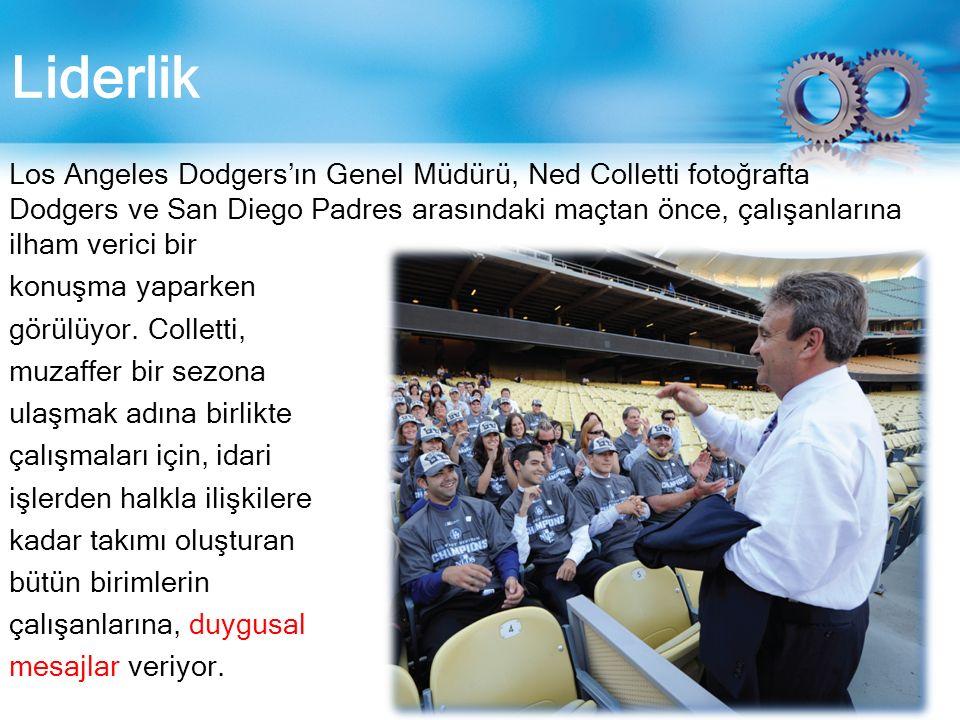 Liderlik Los Angeles Dodgers'ın Genel Müdürü, Ned Colletti fotoğrafta Dodgers ve San Diego Padres arasındaki maçtan önce, çalışanlarına ilham verici bir konuşma yaparken görülüyor.