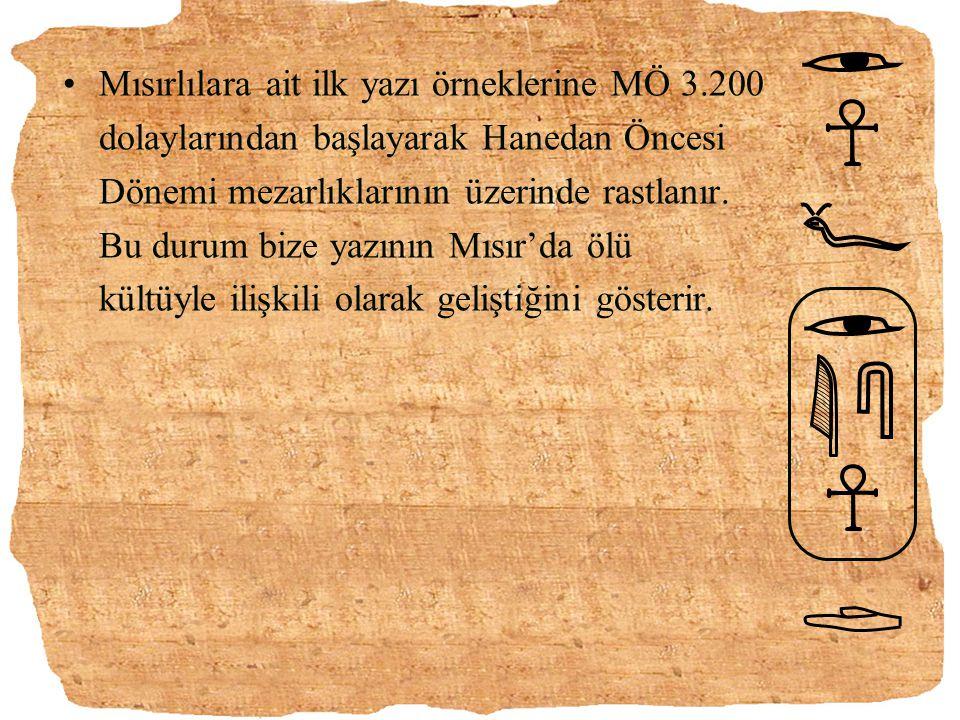 Mısırlılara ait ilk yazı örneklerine MÖ 3.200 dolaylarından başlayarak Hanedan Öncesi Dönemi mezarlıklarının üzerinde rastlanır. Bu durum bize yazının