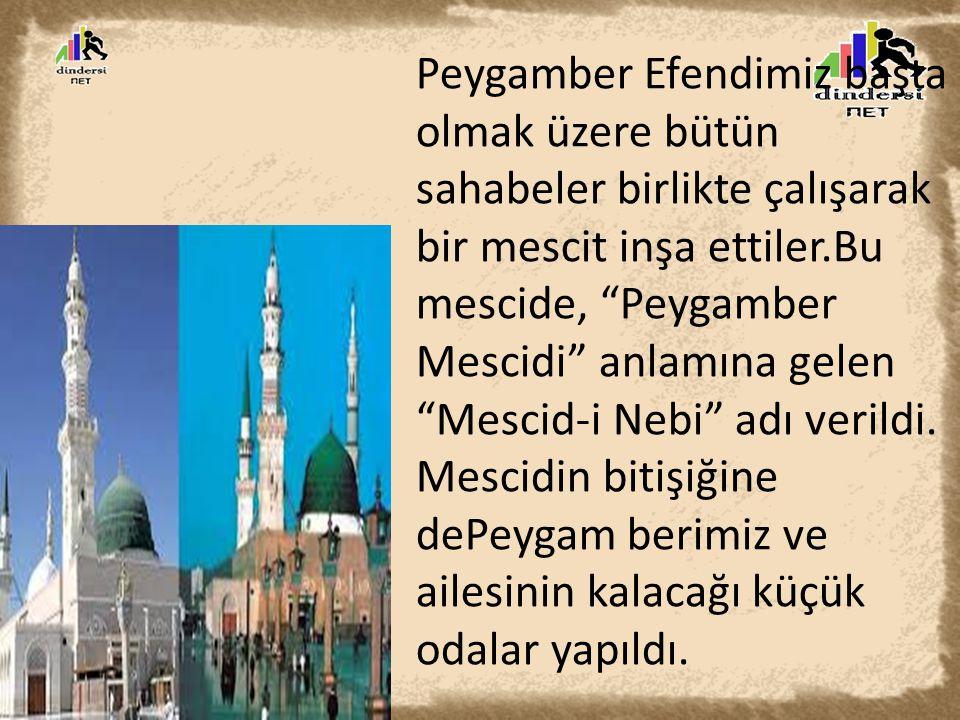 Peygamber Efendimiz başta olmak üzere bütün sahabeler birlikte çalışarak bir mescit inşa ettiler.Bu mescide, Peygamber Mescidi anlamına gelen Mescid-i Nebi adı verildi.