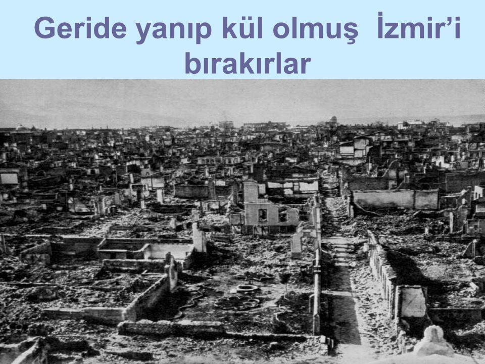 Geride yanıp kül olmuş İzmir'i bırakırlar