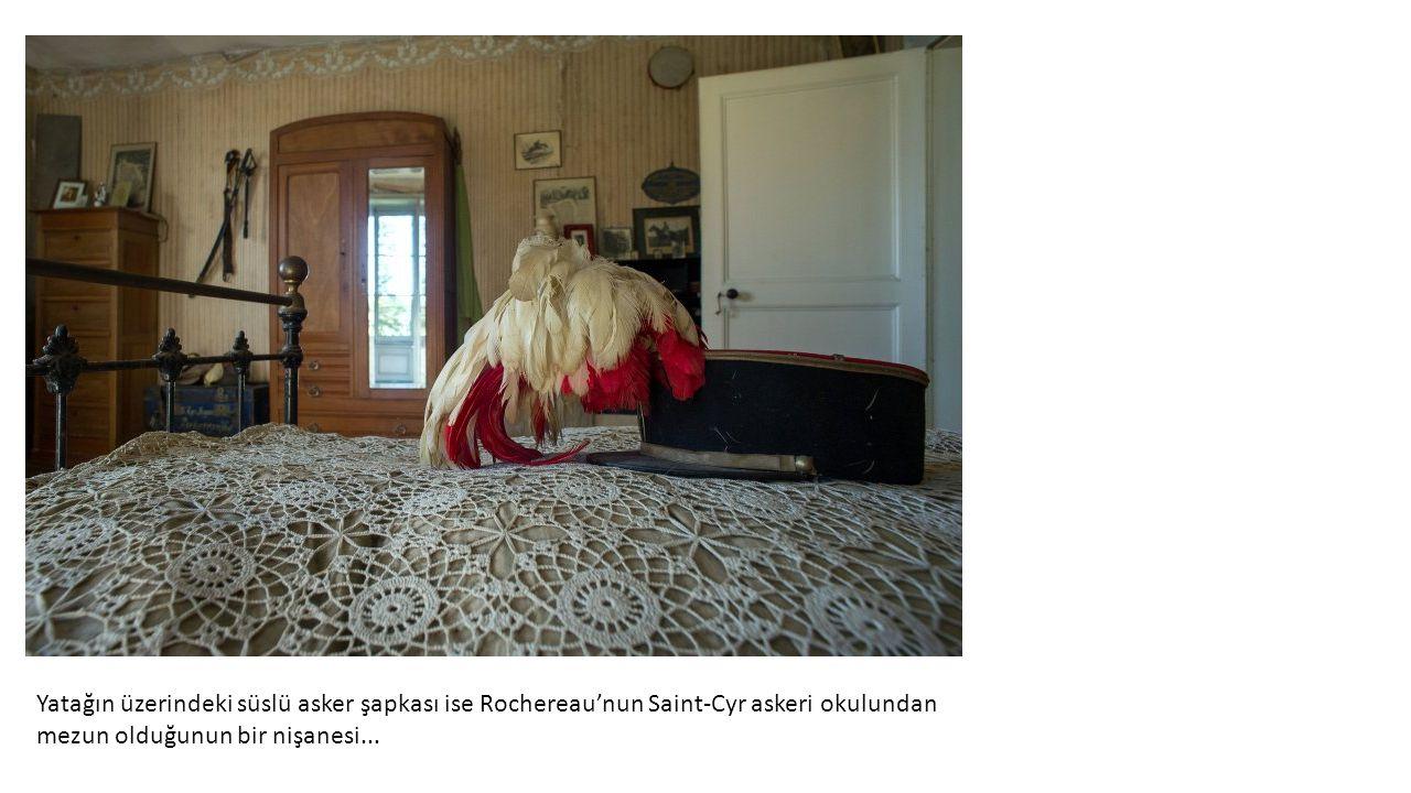 Yatağın üzerindeki süslü asker şapkası ise Rochereau'nun Saint-Cyr askeri okulundan mezun olduğunun bir nişanesi...