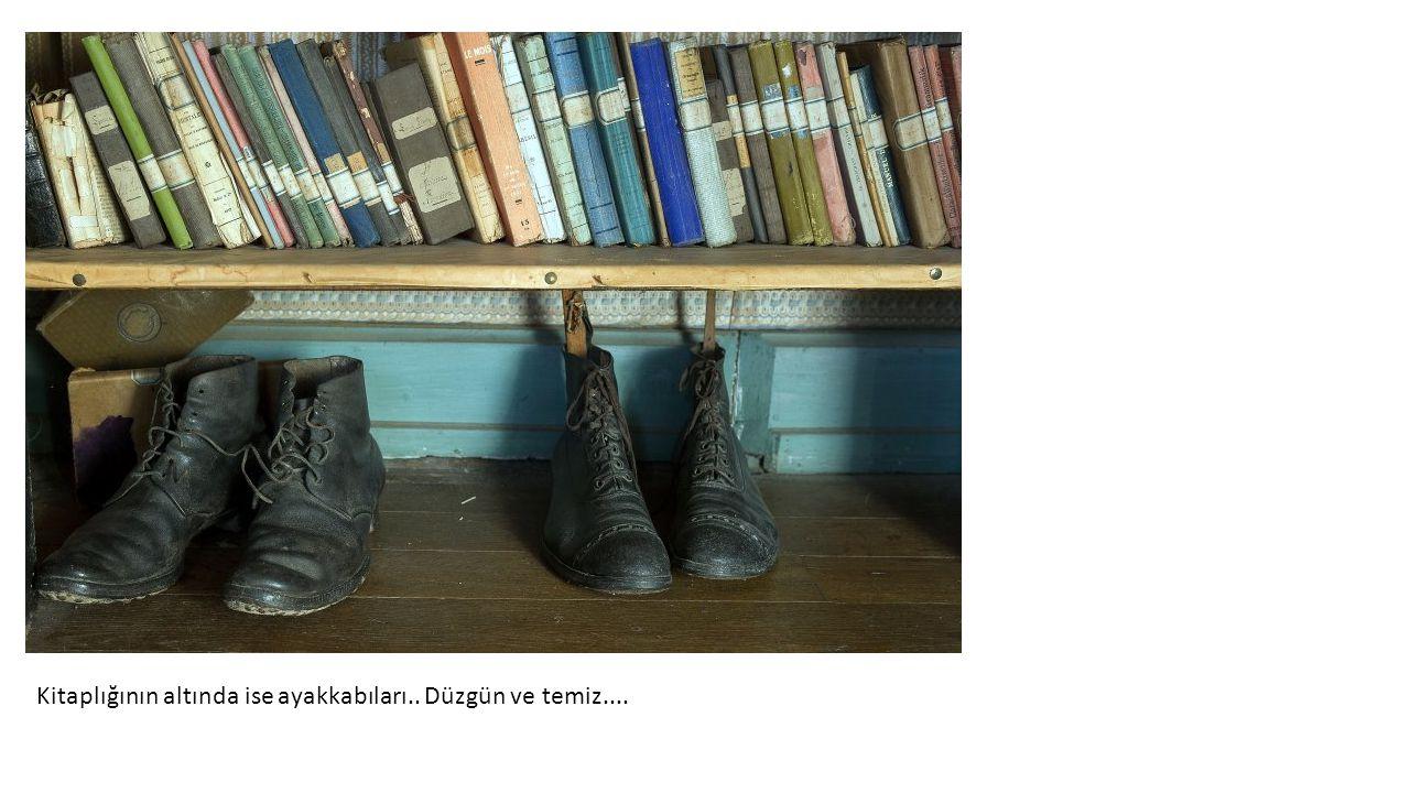 Kitaplığının altında ise ayakkabıları.. Düzgün ve temiz....