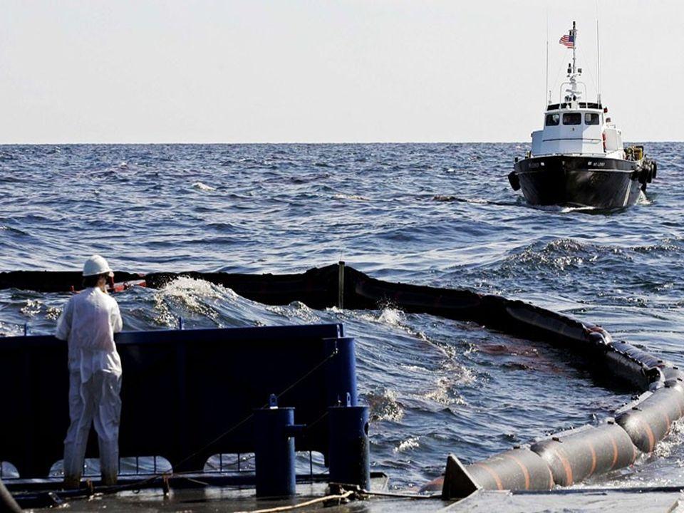 •Un bateau récupère le pétrole qui s'est échappé de la plateforme Platformdan kaçan petrolü bir tekne topluyor