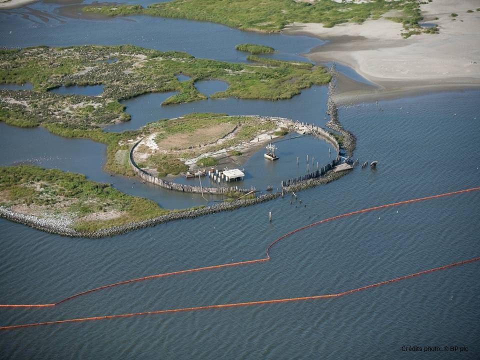 •la Garde nationale construis une barrière Hensco sur l'île Dauphin, Alabama.May 3, 2010. Les barrières devront solidifier le pétrole qui entre dans l
