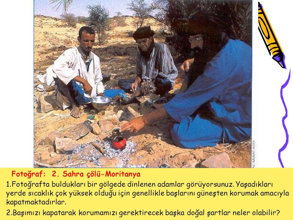 Fotoğraf: 2. Sahra çölü-Moritanya 1.Fotoğrafta buldukları bir gölgede dinlenen adamlar görüyorsunuz. Yaşadıkları yerde sıcaklık çok yüksek olduğu için