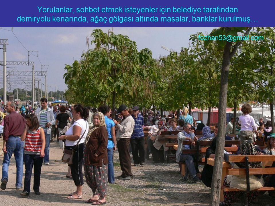 Yorulanlar, sohbet etmek isteyenler için belediye tarafından demiryolu kenarında, ağaç gölgesi altında masalar, banklar kurulmuş… fozhan53@gmail.com