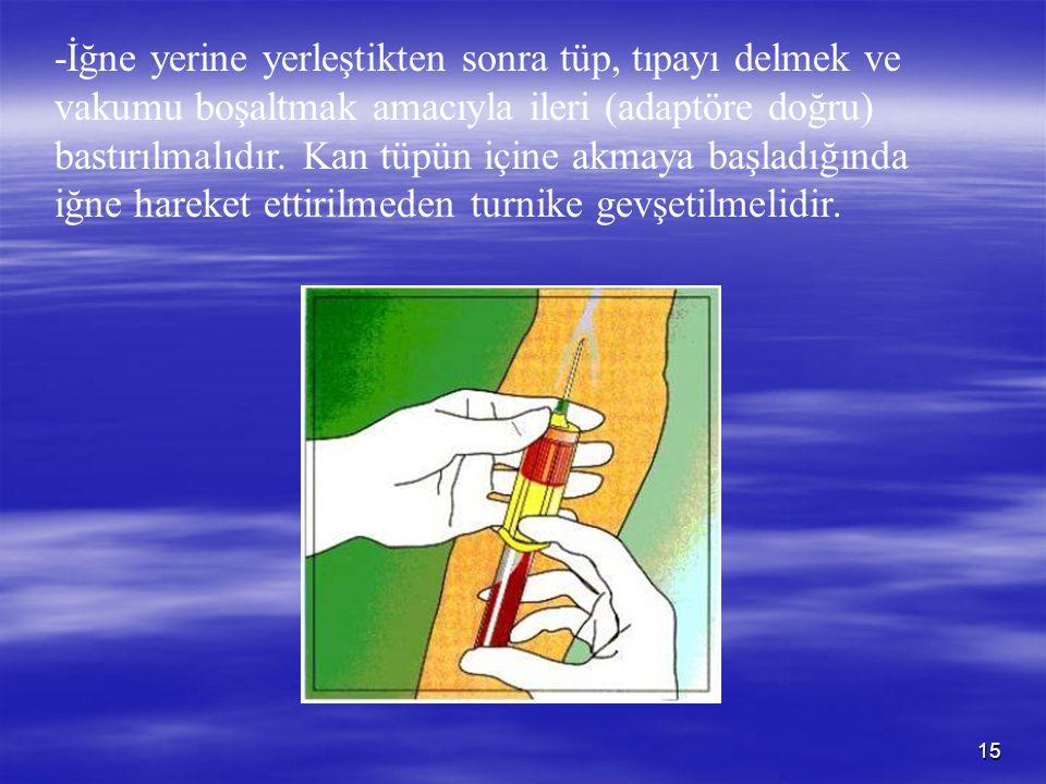 15 -İğne yerine yerleştikten sonra tüp, tıpayı delmek ve vakumu boşaltmak amacıyla ileri (adaptöre doğru) bastırılmalıdır. Kan tüpün içine akmaya başl