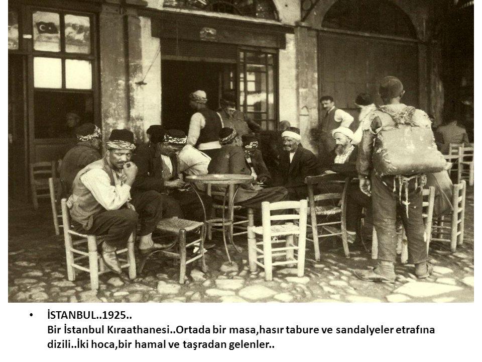 • İSTANBUL..1925.. Bir İstanbul Kıraathanesi..Ortada bir masa,hasır tabure ve sandalyeler etrafına dizili..İki hoca,bir hamal ve taşradan gelenler..