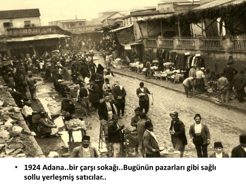 • 1924 Adana..bir çarşı sokağı..Bugünün pazarları gibi sağlı sollu yerleşmiş satıcılar..