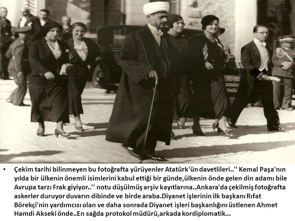 • Çekim tarihi bilinmeyen bu fotoğrafta yürüyenler Atatürk'ün davetlileri..'' Kemal Paşa'nın yılda bir ülkenin önemli isimlerini kabul ettiği bir günd