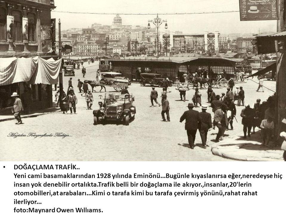 • DOĞAÇLAMA TRAFİK.. Yeni cami basamaklarından 1928 yılında Eminönü...Bugünle kıyaslanırsa eğer,neredeyse hiç insan yok denebilir ortalıkta.Trafik bel