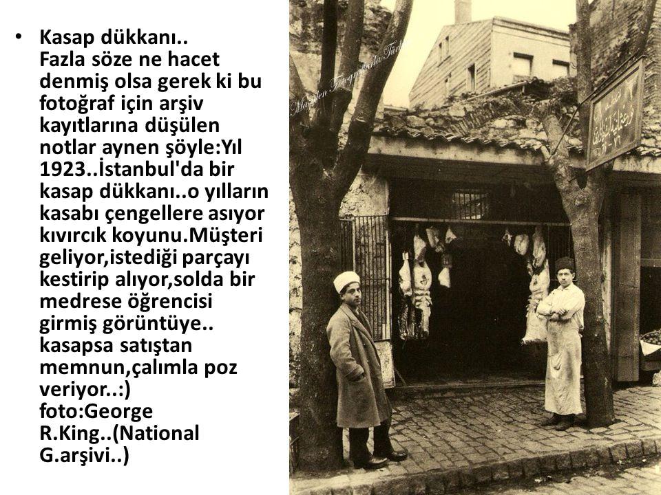 • Kasap dükkanı.. Fazla söze ne hacet denmiş olsa gerek ki bu fotoğraf için arşiv kayıtlarına düşülen notlar aynen şöyle:Yıl 1923..İstanbul'da bir kas